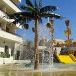 Savia proyectos Parque acuatico Intertur Miami con zona splash y tobogán amarillo palmera con cocos lluvia