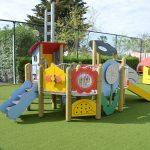 Savia proyectos insotel-cala-mandia parque infantil césped artificial tarima flores y caseta