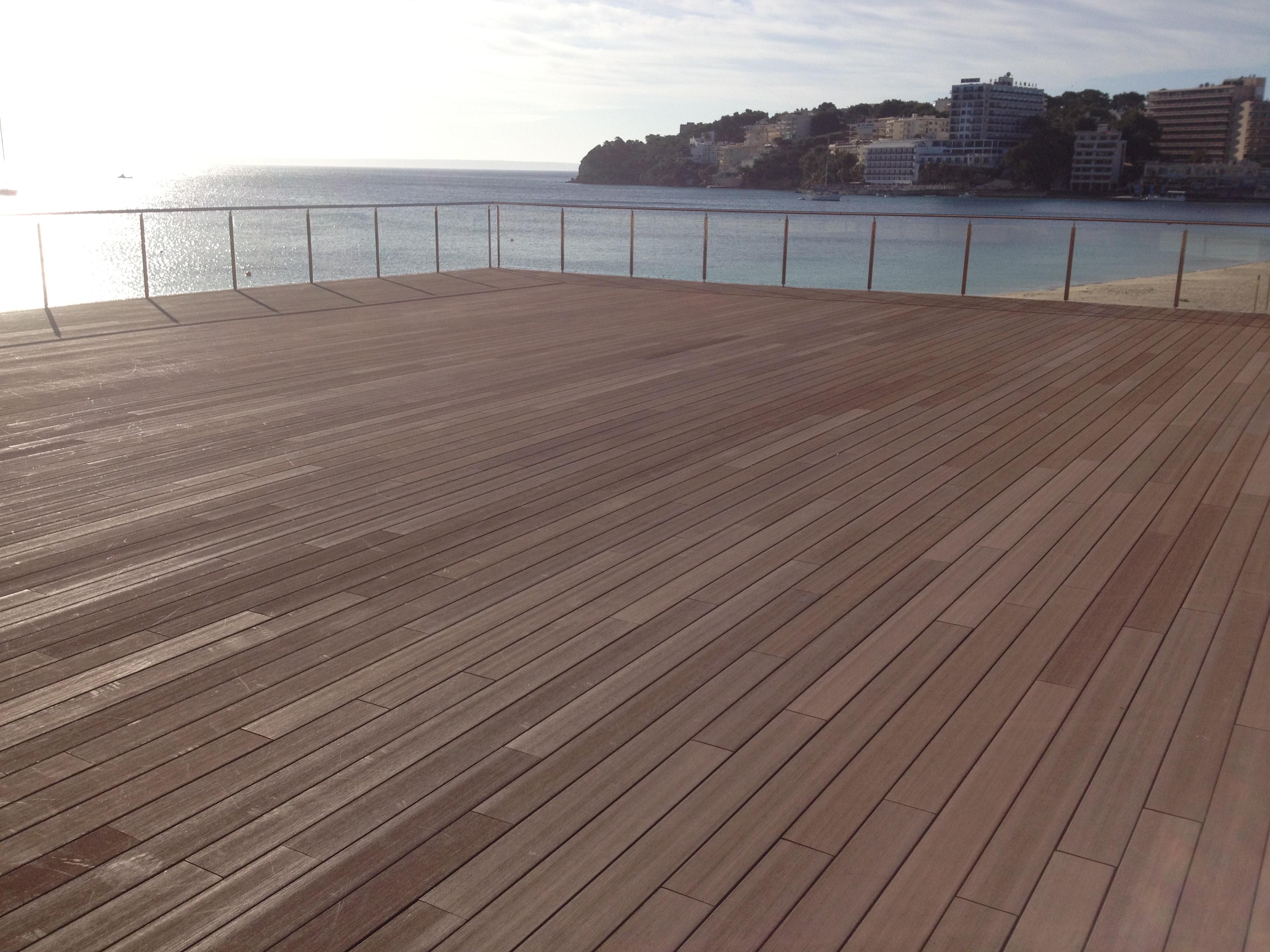 Suelo de madera sint tica en el nuevo sol rium del hotel - Suelo de madera para terraza ...