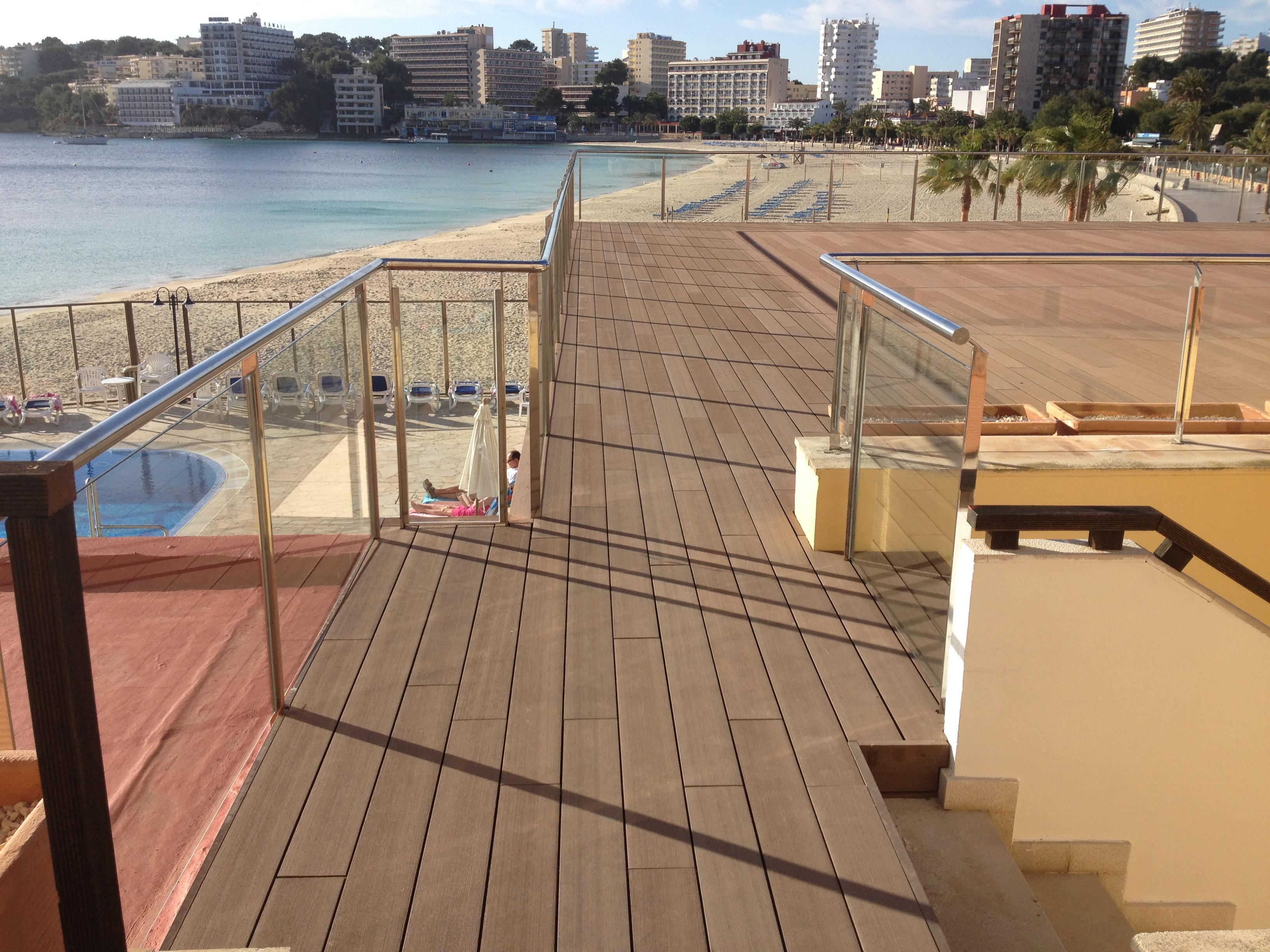 Suelo de madera sint tica en el nuevo sol rium del hotel - Suelo para terrazas ...