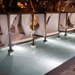 Savia proyectos camas balinesas con colchón blanco y cortinas blancas en piscina
