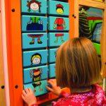 Savia proyectos family bridge corner niña jugando dresscode de espaldas