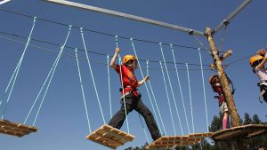 Savia proyectos parque infantil aventuras pasarela tambaleante plataformas madera