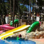 Savia proyectos parque acuático infantil toboganes verde, rosa y amarillo en piscina