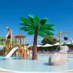 Savia proyectos parque acuático infantil Acuatic-Play_Canarios_Park toboganes blancos pasarela cascada coco tucán hipopótamo elefante palmera piscina vista lateral