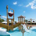 Savia proyectos parque acuático infantil Acuatic-Play_Canarios_Park toboganes blancos pasarela cascada coco tucán elefante palmera piscina