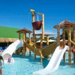Savia proyectos parque acuático infantil Acuatic-Play_Canarios_Park niños jugando toboganes blancos pasarela cascada coco tucán hipopótamo elefante palmera piscina