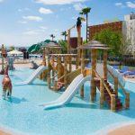 Savia proyectos parque acuático infantil Acuatic-Play_Canarios_Park toboganes blancos pasarela cascada coco tucán hipopótamo elefante palmera piscina vista aerea