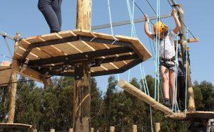 Savia proyectos parque infantil aventuras pasarela tambaleante troncos madera