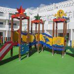 Savia proyectos parque infantil en pavimento de seguridad con balancines detalle pasarelas y toboganes en hotel