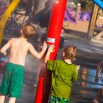 Savia proyectos SPLASH_PARK niños apretando botón ducha roja