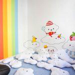 Savia proyectos saladejuegos suelo con peluches nube dibujo pared arcoíris y nubes volando con personajes