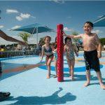 Savia proyectos parque acuático niños mojándose palo rojo
