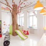 Savia proyectos sala de juegos infantil interior con árbol y tobogán vista completa