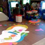 Savia proyectos pantallas táctiles miniclub suelo madera con dibujos multicolor