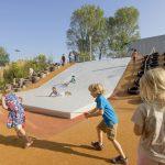 Savia proyectos niños jugando en miniclub tobogán blanco escaleras de neumáticos