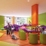 Savia proyectos proyecto miniclub moderno gran habitación verde y naranja con sillones juegos y escalada