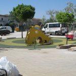 Savia proyectos parques_infantiles_inca tobogán amarillo pequeño sobre suelo seguro
