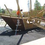 Savia proyectos parques_infantiles_inca barco pirata madera con pasarela y escalada sobre suelo seguro