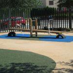 Savia proyectos parques_infantiles_inca balancín madera sobre suelo seguro