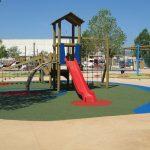 Savia proyectos parques_infantiles_inca madera tobogán rojo sobre suelo seguro