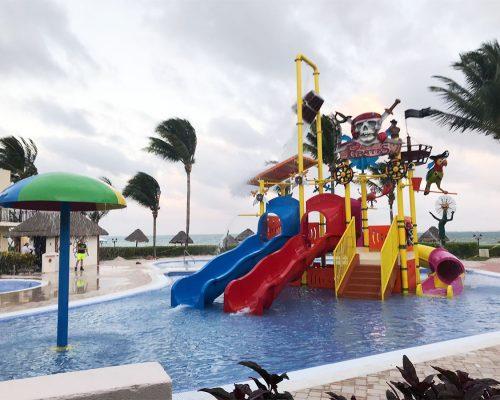 Savia proyectos parque acuático infantil pirata toboganes azul y rojo cascada barril H10 Ocean Coral Turquesa