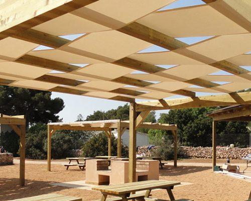 Savi proyectos pérgola en zona picnic sobre mesas y bancos de madera