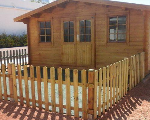 Savia proyectos caseta de madera con valla de madera acristalada