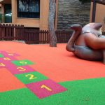 pavimento de seguridad zona infantil insitu Savia Proyectos gato y números en el suelo