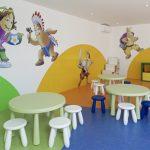 Savia proyectos miniclub infantil mesas y sillas pequeñas y muñecos serigrafiadas en pared