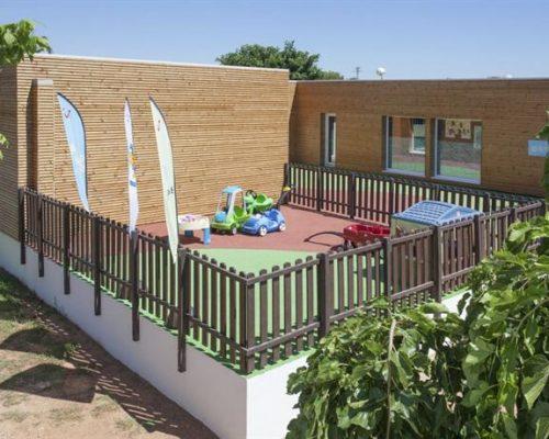 Miniclub Savia Proyectos edifico marrón pavimento seguro