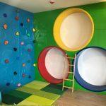 Savia proyectos interior círculos de colores en la pared con escalera miniclub infantil