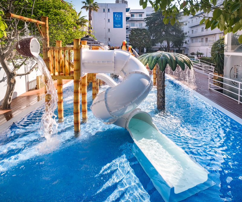 Savia proyectos splash pool tobogán blanco cascada cococpalmera GHT Hotel Balmes