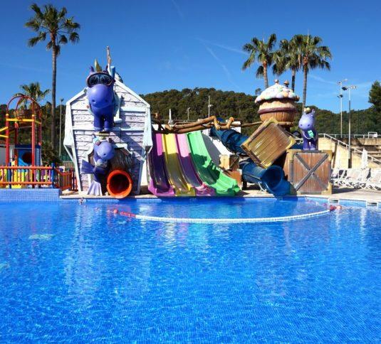 Savia proyectos parque acuático infantil hipopótamos lilas casa toboganes multicolors piscina infantil vista frontal