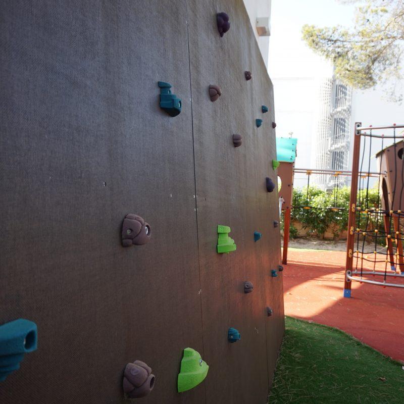 Savia parque infantil -roc-continental-park pared escalada pavimento