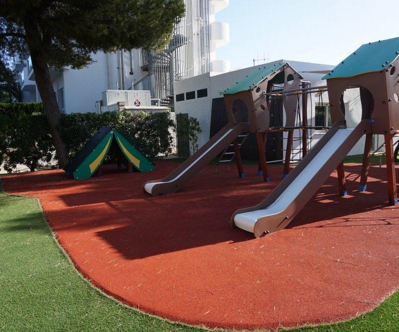 Savia parque infantil -roc-continental-park tobogán caseta césped artificial pavimento