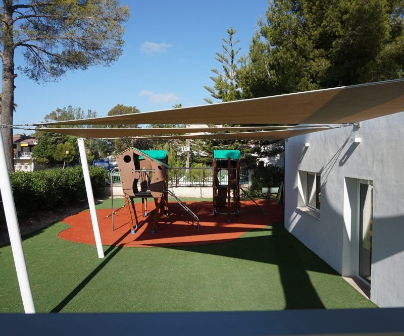 Savia parque infantil -roc-continental-park casetas pavimento lonas césped artificial