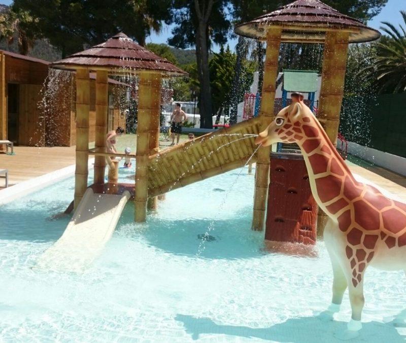 Savia proyectos parque acuático infantil jirafa pasarela tobogán splash pool BG Portinax Club