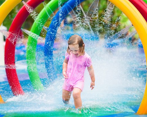 Pools_Little_girls_Spray_495353_3840x2400