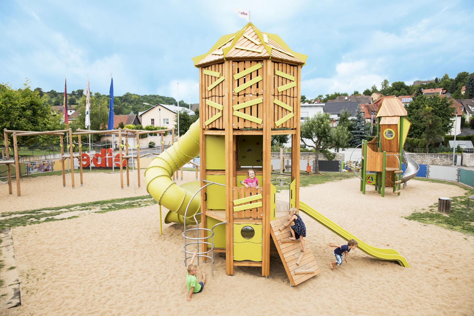 Savia proyectos parques infantiles madera torre tobogán niña
