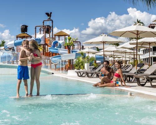 Savia proyectos parque acuático infantil cascada tobogán slpash pool niños abrazándosela pareja adultos hamacas Hotel Ocean Rivera Paradise