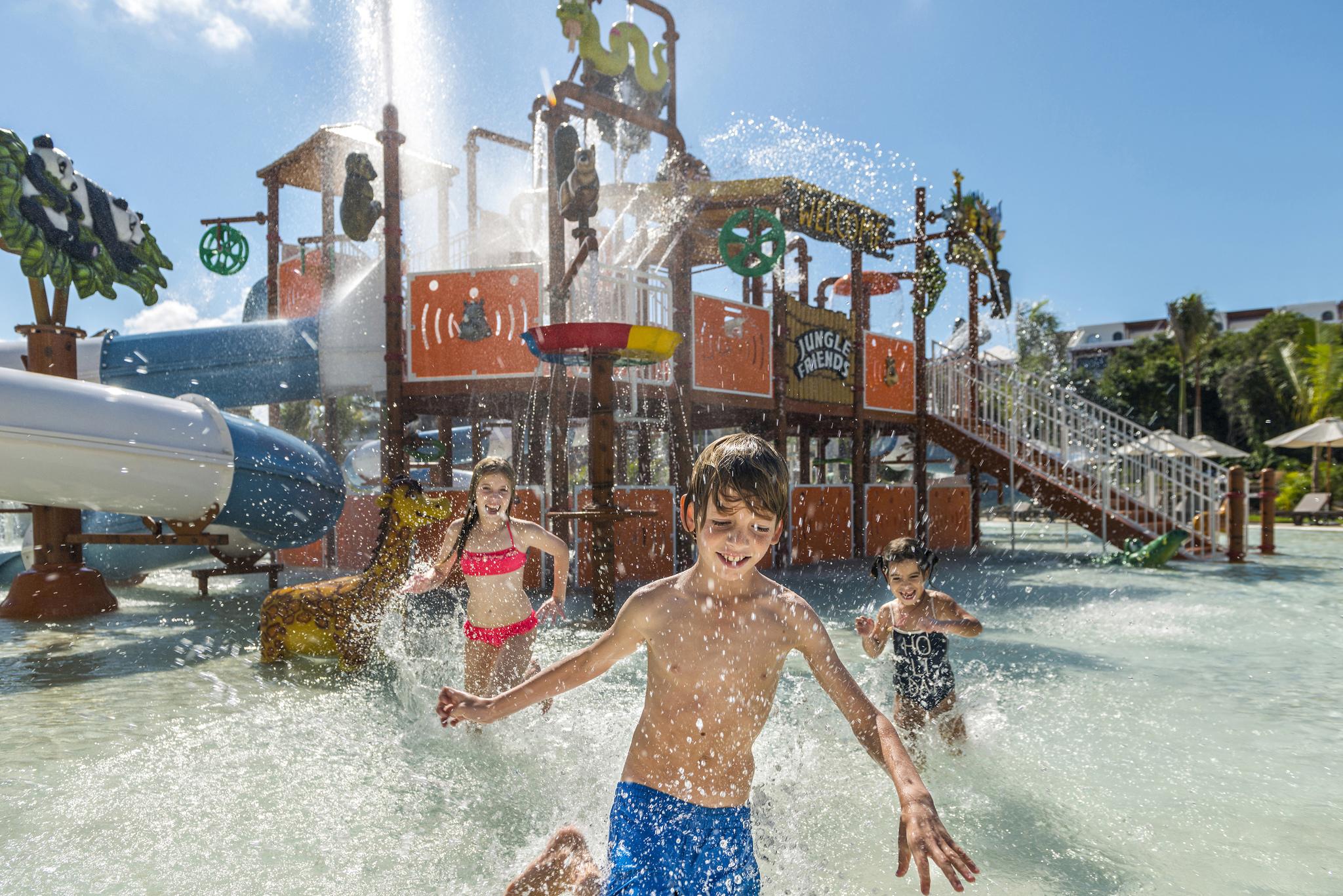 Savia proyectos parque acuático infantil cascada tobogán slpash pool niños jugando Hotel Ocean Rivera Paradise