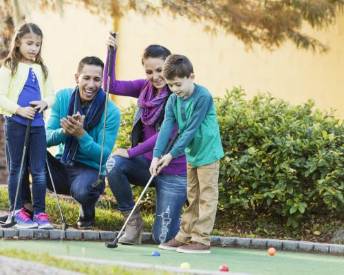 Savia proyectos familia jugando al minigolf