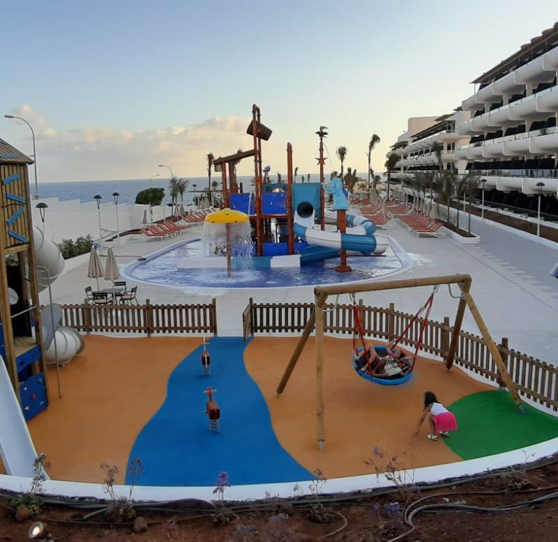 Savia parque infantil y parque acuático en hotel frente al mar