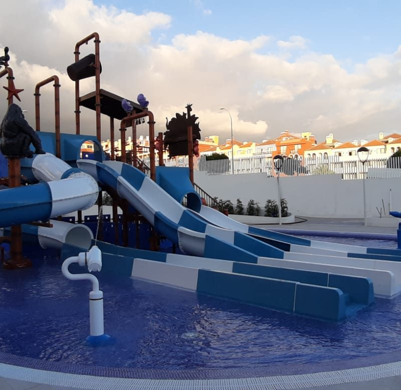 Savia parque acuático infantil toboganes azul y blanco