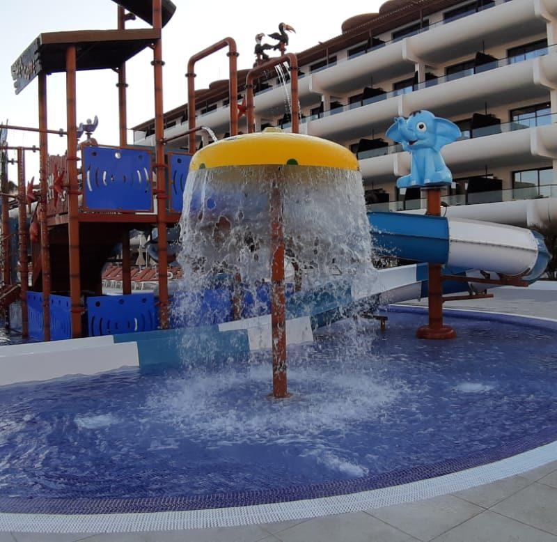 Savia parque acuático infantil tobogán y ducha en hotel