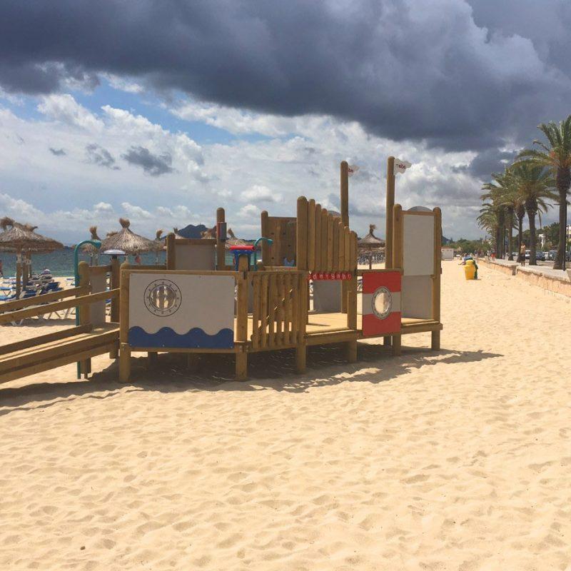 Savia parque infantil madera arena playa