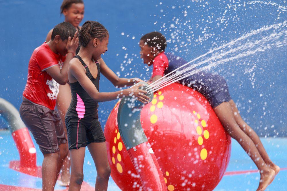 Savia parque acuático infantil niños tirándose agua