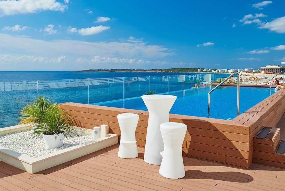 Savia Wood infinity pool vista mar decoración blanca y vegetal